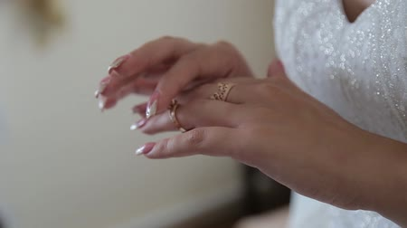 núpcias : The bride puts a wedding ring on her finger