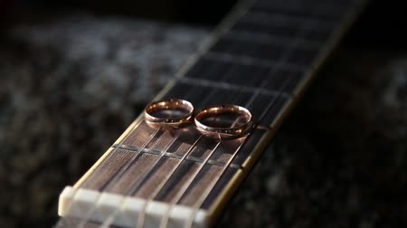 húr : Wedding rings on guitar strings Stock mozgókép