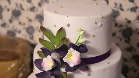 settings : Beautiful and natural lavender wedding cake. White wedding cake with flowers