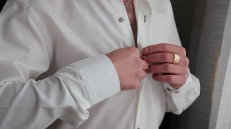 desgaste formal : Handsome stylish man dressed in modern formal clothes buttoning jacket. Close up of hands of guy in blue jacket, white shirt. Person ready for wedding celebration, graduation or business meeting. Vídeos