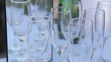 ünnepélyes : Lot of glasses with champagne on the party table.