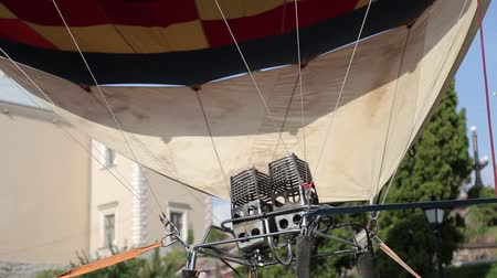 легкий : Fire in a balloon. Preparation for takeoff in the sky
