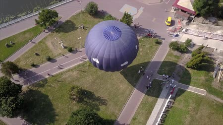 dirigível : Flying drone near the Balloon on the background of the city of Ternopil near the lake and park. Colorful Hot Air Balloons in Flight Vídeos