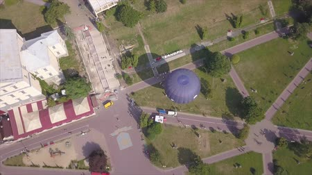 благодать : Flying drone near the Balloon on the background of the city of Ternopil near the lake and park. Colorful Hot Air Balloons in Flight Стоковые видеозаписи