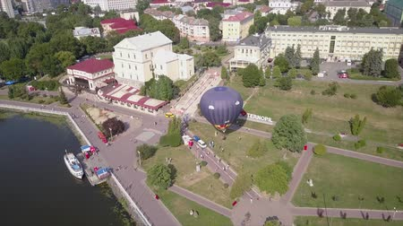 корзина : Flying drone near the Balloon on the background of the city of Ternopil near the lake and park. Colorful Hot Air Balloons in Flight Стоковые видеозаписи