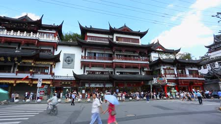 tapınaklar : Chenghuangmiao street with travelers and pagoda style buildings
