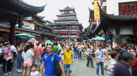 chrámy : Chenghuangmiao street with travelers and pagoda style buildings