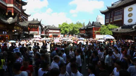 templom : Chenghuangmiao street with travelers and pagoda style buildings