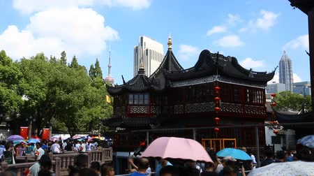 histórico : Chenghuangmiao street with travelers and pagoda style buildings