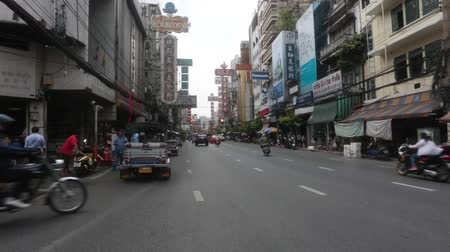 BANGKOK, THAILAND - MARCH , 2018: Yaowarat Road in Chinatown, Bangkok, Thailand. Stok Video