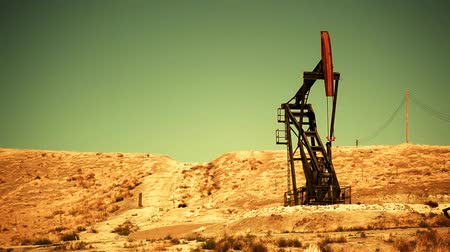 dosya : Oil pump at an oil field in the California desert. Shot on HD 1080. Seamless looping clip. Circa 2009.- Stok Video