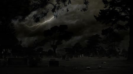 fantasma : Scary night at the cemetery, lightning bolts in the sky. HD 1080.-