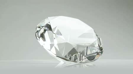 diamantes : A large brilliant diamond rotating and sparkling. Not 3D animation.