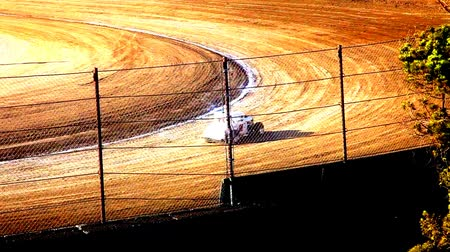 rywalizacja : Vintage cars racing around a dirt oval track at the fairgrounds. Public venue.