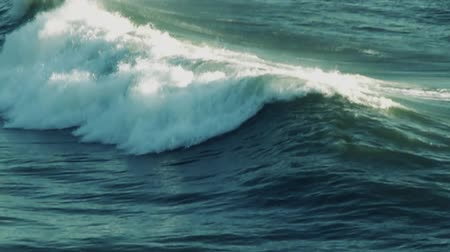 lassú : Real slow motion shot at 120FPS, remapped to 30FPS. Wave passing by.-