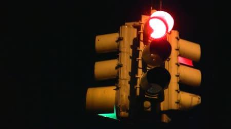 światło : Traffic signal with random light pattern. Seamless looping clip. Shot on HD.-