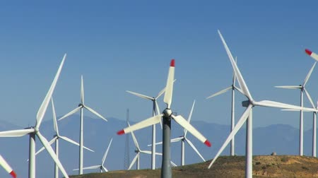 vento : Spinning wind turbines on green hills and clear blue sky. Shot on HD 1080p. Vídeos