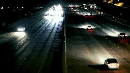ingázó : Wide shot of traffic traveling on freeway at night. Shot on DSLR.-