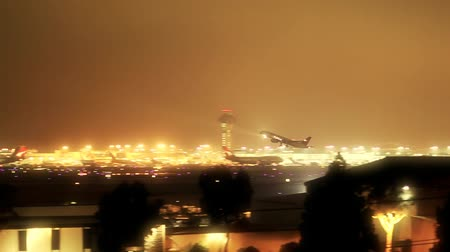 ночная жизнь : Night shot of jet taking off from Los Angeles International airport.-