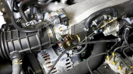 silnik : View under the hood as car engine revs.-