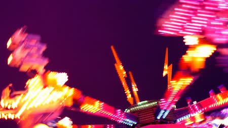 karneval : Colorful lit up carnival ride at night. HD 1080.-
