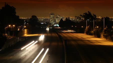 fari : Time-lapse video D-SLR molto pulito. Nessun rumore. West Los Angeles Skyline di notte con il traffico striature da in autostrada 405. HD 1080.-