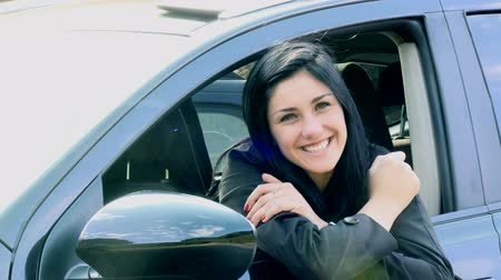 молодые женщины : Woman smiling sitting in car happy