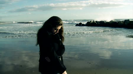 огорчен : sad girl looking waves of the ocean in winter