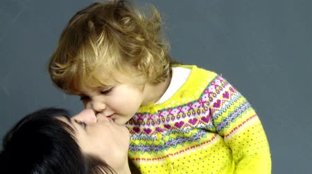 мама : Happy mother and daughter kissing each other in loveHappy mother and daughter kissing each other in love