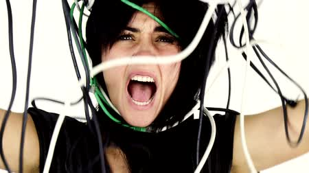 кричать : Closeup of screaming woman desperate about cables surrounding her