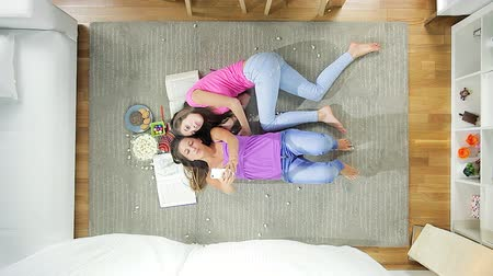 amigos : Cute blond teenagers taking selfie lying on the floor at home