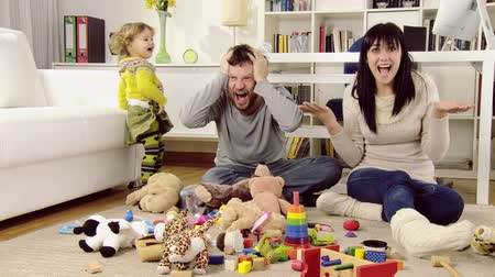 nepořádek : Parents desperate about mess and chaos created by little baby girl Dostupné videozáznamy