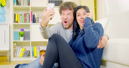 apartamentos : Happy couple having fun taking selfie pictures at home 4K