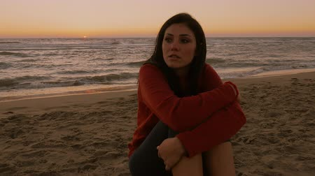 sentimentos : Sad lonely woman on the beach at sunset feeling pain 4K Stock Footage