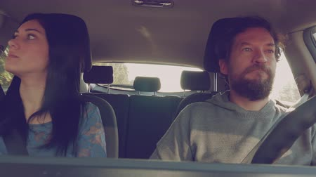 gritante : Beautiful woman yelling to boyfriend driving car 4K Vídeos