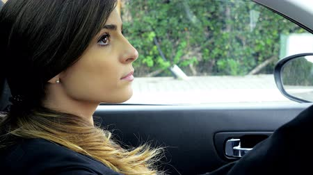 colocando : Gorgeous young lady sitting in car ready to start day of work