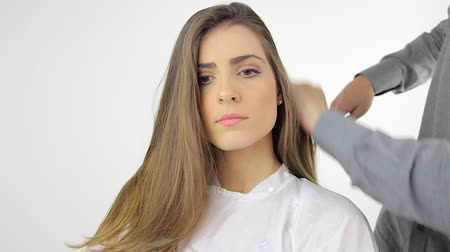 fryzjerstwo : young woman with long hair at the hair salon after haircut Wideo