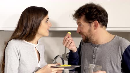 kötü : Man eating and spitting bad omelette prepared by lovely girlfriend funny closeup