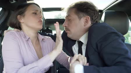 agressivo : Aggressive man with woman partner working in car closeup
