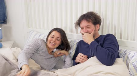 пижама : Happy couple in bed in love playing romantic cute laughing