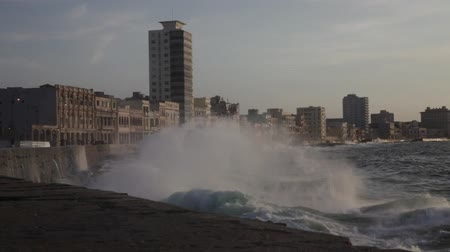 kuba : Waves in the malecon, La havana, Cuba