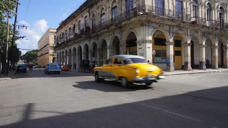 kuba : Two cuban vintage cars crossing the street in La Habana, Cuba