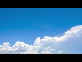 tlen : Time lapse of blue sky and white cumulus clouds abstract background. Cloudy sky. Blue sky and fluffy white clouds on sunny day. Nature weather. Bright day sky for happy day background. Wideo