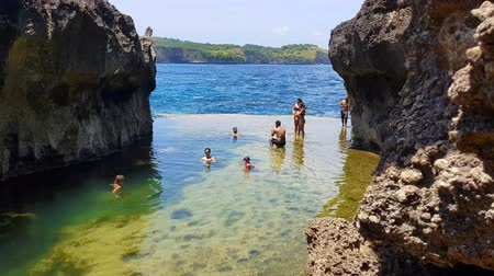 утро : BALI, INDONESIA - MARCH 24, 2018: Footage of tourist at billabong beach , Nusa Penida, Indonesia
