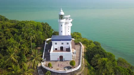 скалистый : Aerial video of Cape Rachado Lighthouse, at Port Dickson, Malaysia Стоковые видеозаписи