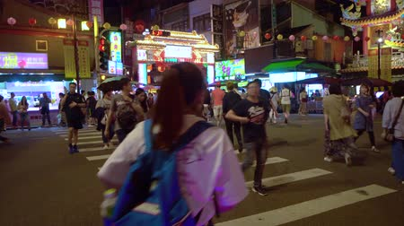 stragan : TAIPEI, TAIWAN - MAY 5, 2019: Pedestrian crossing the road at Raohe Night Market entrance
