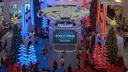 imparatorluk : KUALA LUMPUR, MALAYSIA - NOVEMBER 23, 2019: Tourist looking at the Millenium Falcon from Star Wars The Rise of Skywalker. This is a road show for promotion new Starwars movie Stok Video