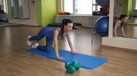 atletika : young athletic woman trains in gym
