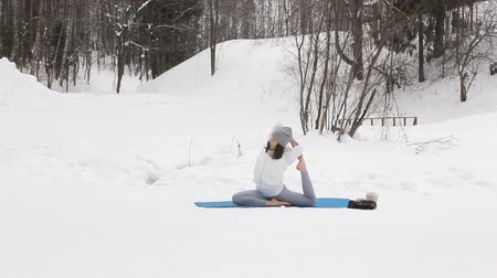 flexibel : Winter-Yoga-Sitzung in schöner Ort Videos