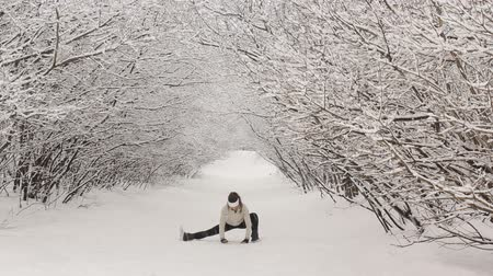 sporty zimowe : Young woman doing stretching exercises during winter